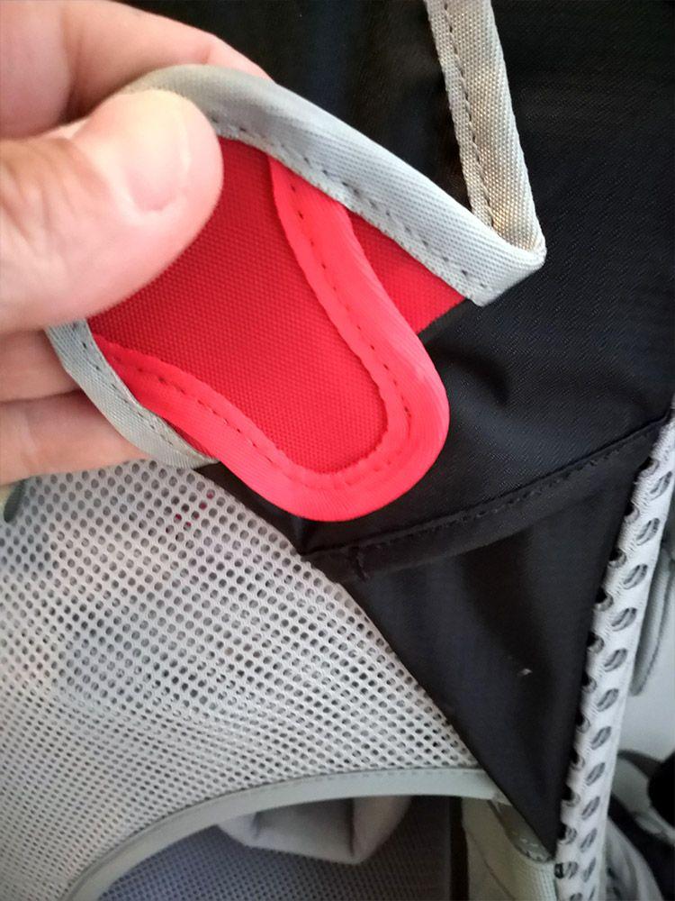 Fixation du pare soleil du porte bébé Osprey Poco AG Premium,
