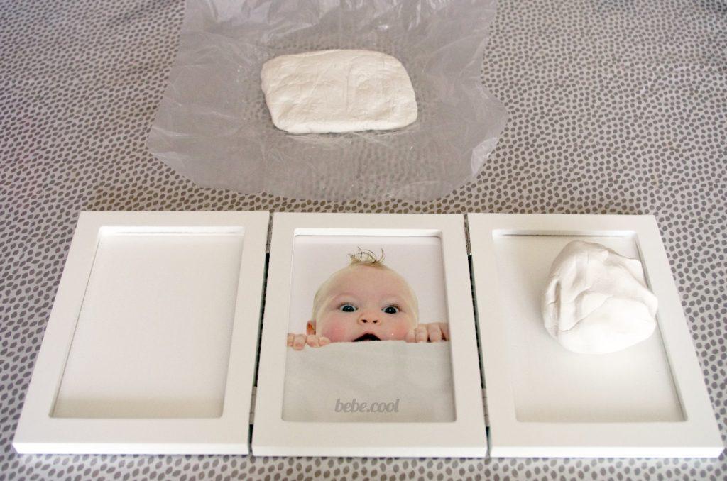 Ôtez l'argile du kit empreinte bébé de son sac et malaxez-la pendant 5-10 minutes.