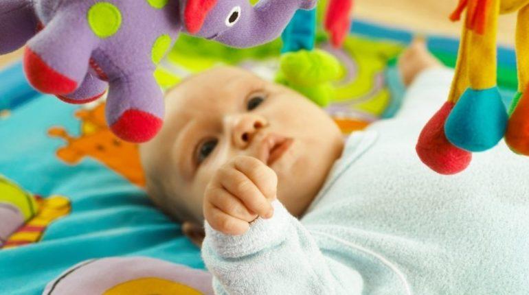 Tapis d'éveil bébé : lequel choisir ?